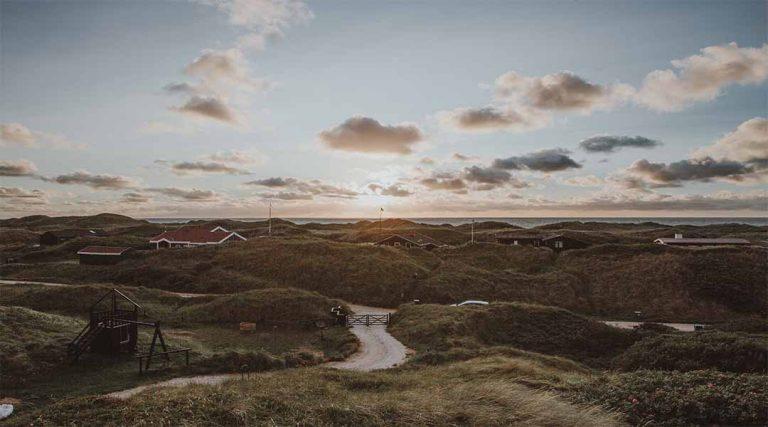Een vallei met boerderijen in Denemarken