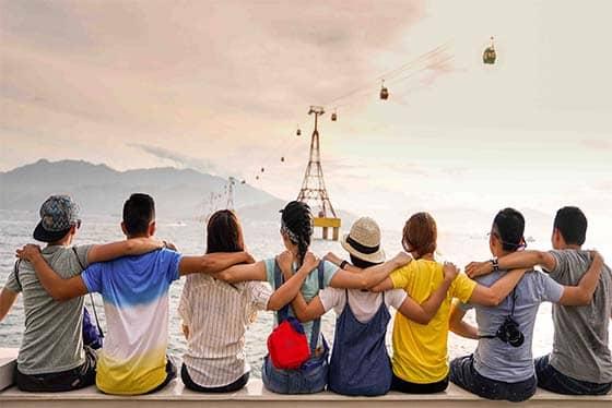 Vrienden die elkaar omhelsen tijdens een stage in het buitenland