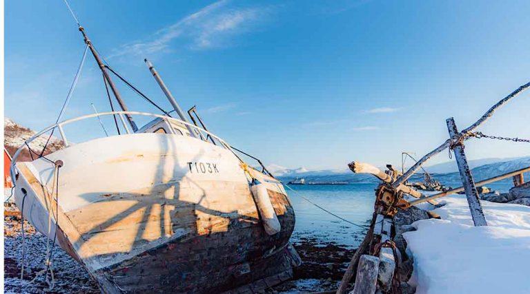 Een boot gestrand op het ijs in Noorwegen