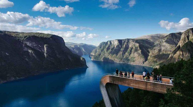 Uitzicht over een brug, bergen en een rivier in Noorwegen