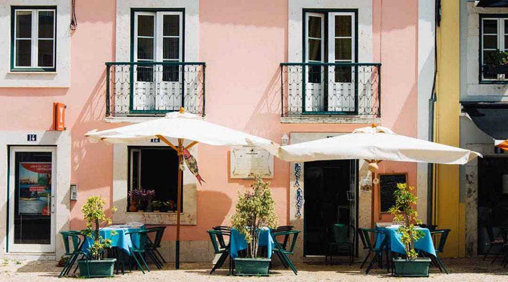 Visum portugal met een roze huis