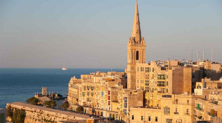 Een kerk met een paar typische huizen tijdens stage Malta