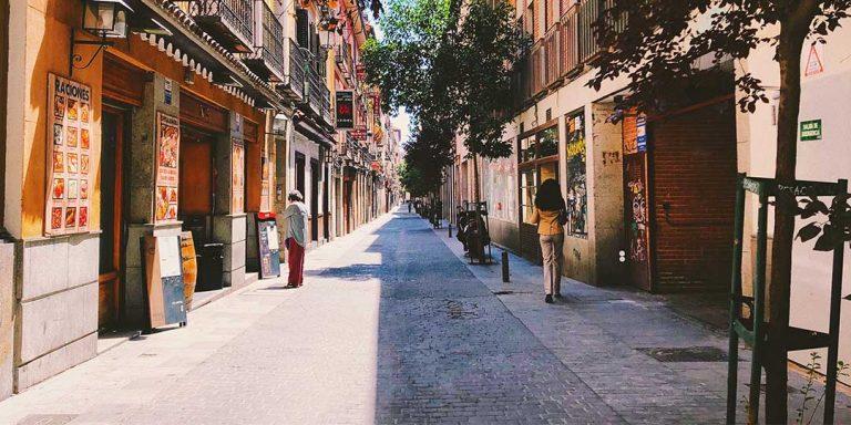 Stage Madrid, winkelstraat met de felle zon