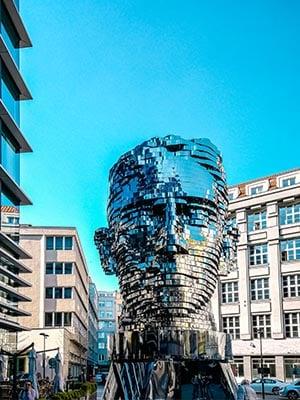 Kunstwerk roterend hoofd van Franz Kafka in Praag