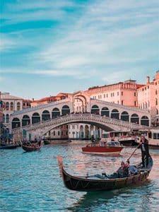 Varende boot voor de Rialto Bridge, Venezia, Italy
