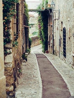 Een smal pad in de straten van San Remo, Italië