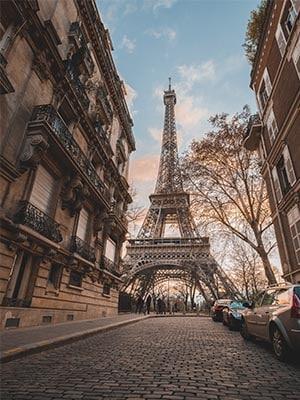 Een straat in Parijs met op de achtergrond de Eifeltoren