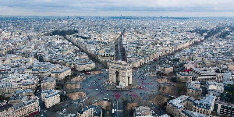 Avenue des Chapms-Elysées vanuit de lucht gezien in Parijs