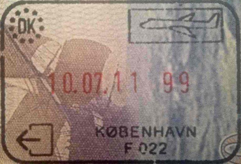 Een paspoort met het visum voor denemarken erin