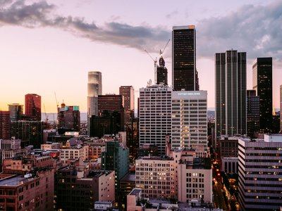uitzicht over de horizon van Los Angeles met hoge gebouwen en gele lucht