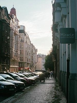 Straat in Praag met accommodaties en auto's