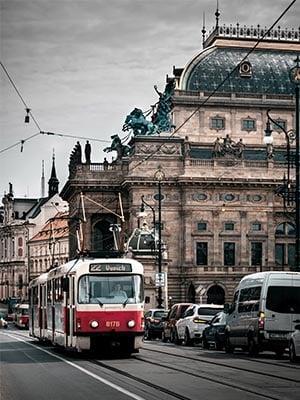 Rijdende metro door Praag, Tsjechië