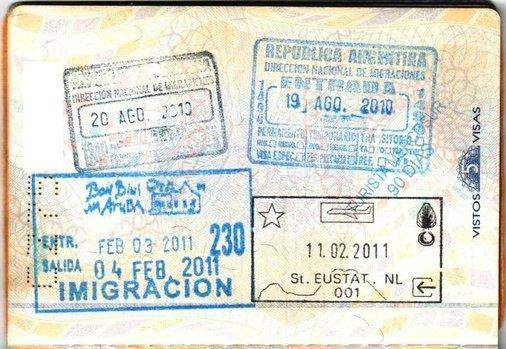 Paginas in een paspoort met het visum voor brazilie