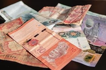 Australische dollars op een tafel - kosten Australië