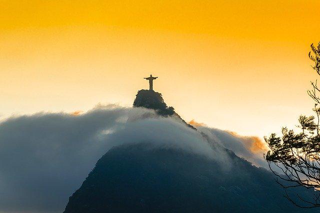 Klimaat brazilie afgebeeld in rio de janeiro bergen en wolken tijdens een stage in Brazilië