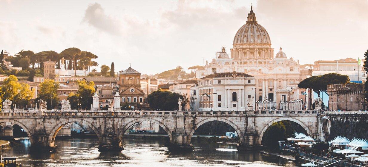 Zicht op een stad in italie met een brug over een rivier tijdens studeren in italie