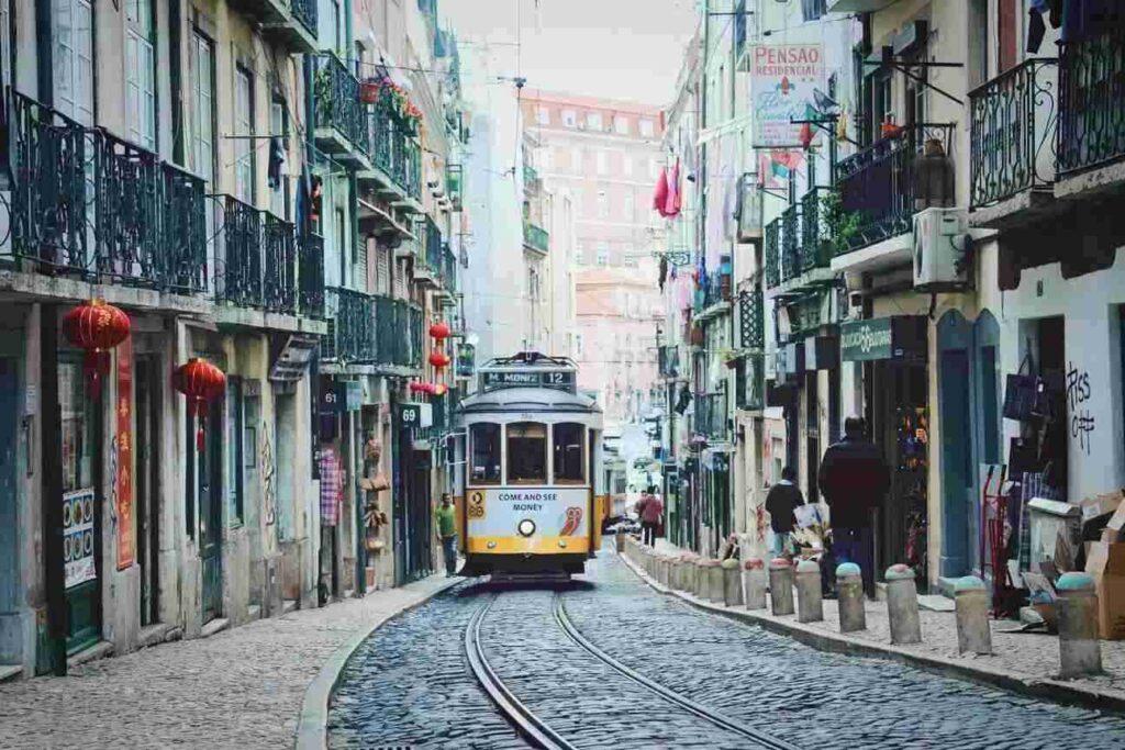een portugese straat met metro tijdens stage lopen in Portugal