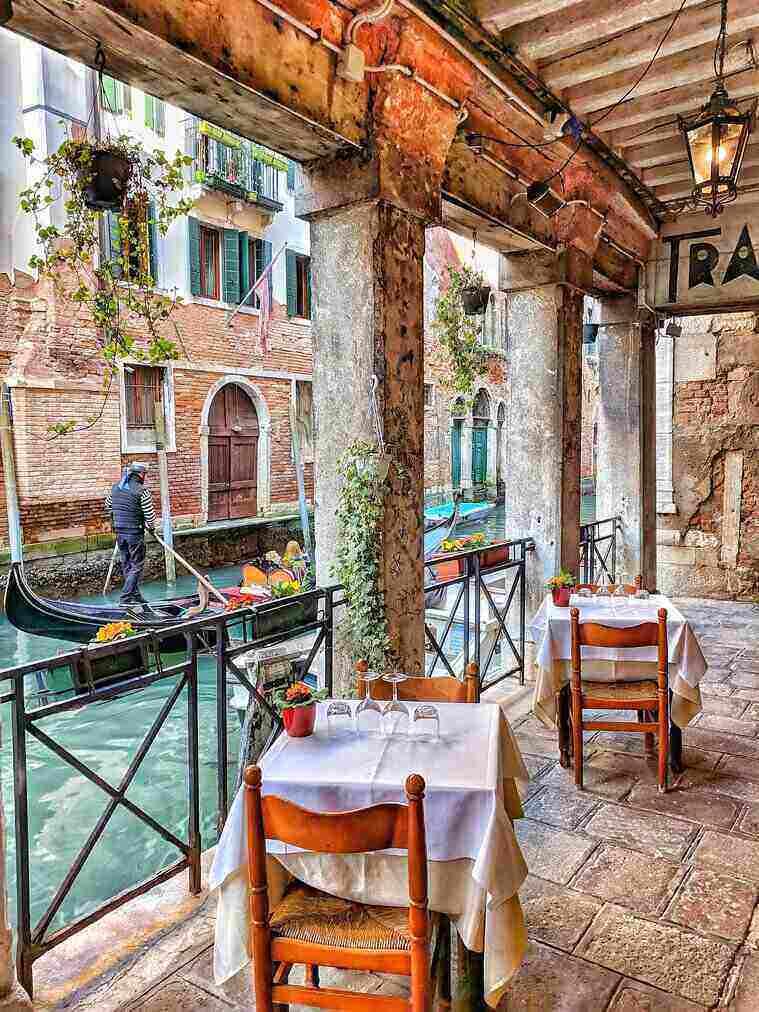 Een restaurant aan het water tijdens een stage in Italie