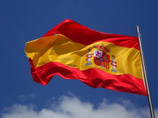Stage in spanje met de spaanse vlag en blauwe lucht