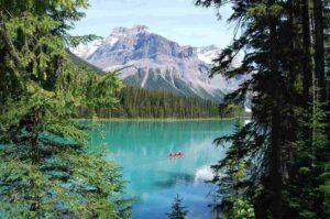 Een meer met bergen en bomen tijdens stage in Canada