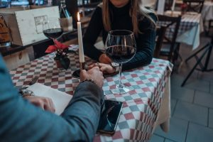 Man en vrouw aan tafel met kaars