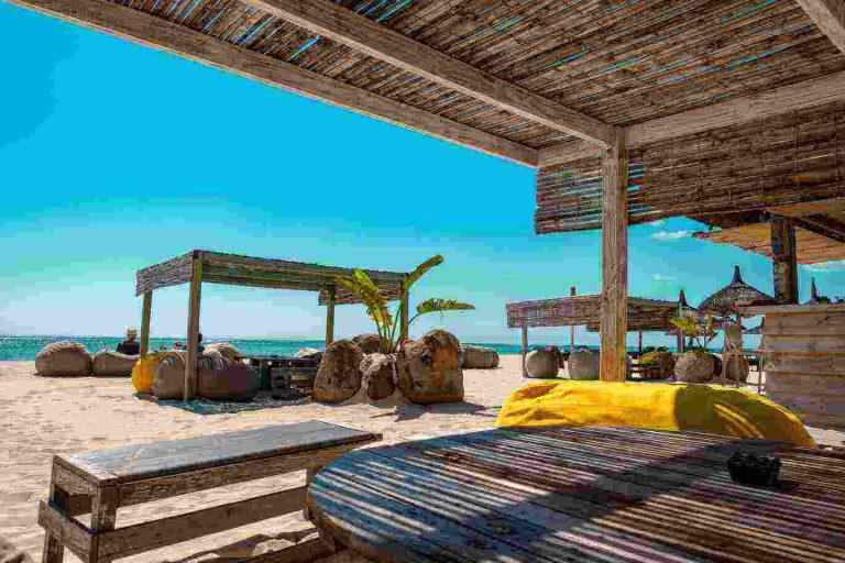 Strandbed met blauwe lucht op maurutius