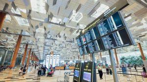 vliegveld met schermen en reizigers