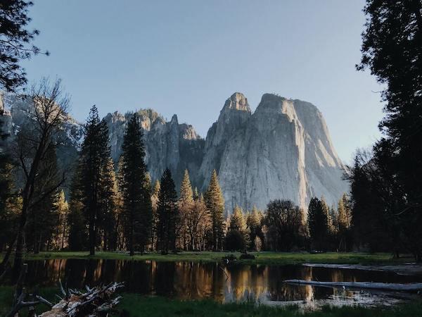 Bergen en bomen aan een meer in Yosemite