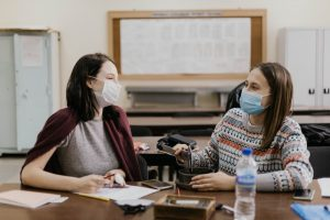 studenten met masker in lokaal