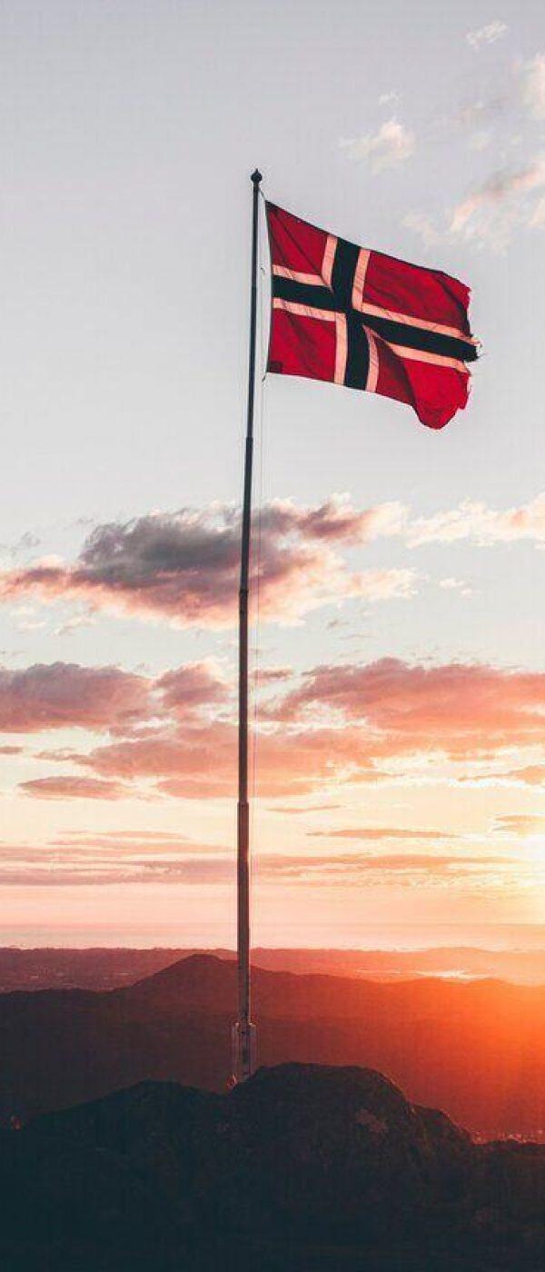 Kosten stage noorwegen, noorse vlag bij ondergaande zon