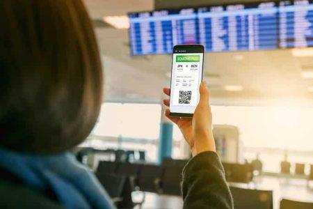 vrouw houdt haar telefoon vast met het e-visum op het vliegveld